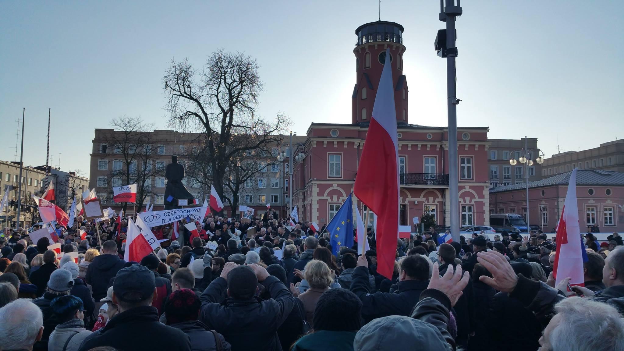 Częstochowianie w obronie demokracji pod pomnikiem J. Piłsudskiego