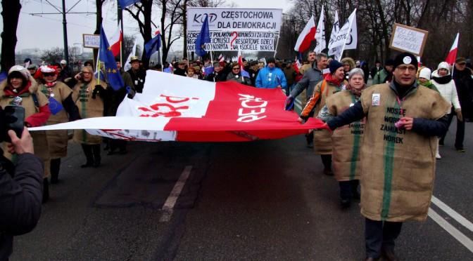 """Marsz """"My, Naród!"""" z udziałem grupy częstochowskiej KOD"""
